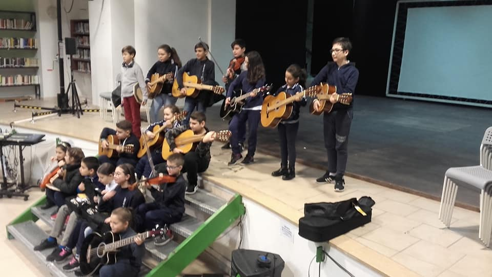 No baby gang, sì a baby song. Al Rione Forcella nasce l'orchestra dei giovani Al rione Forcella invece di impugnare pistole e coltelli, s'imbracciano chitarre, violini e bassi