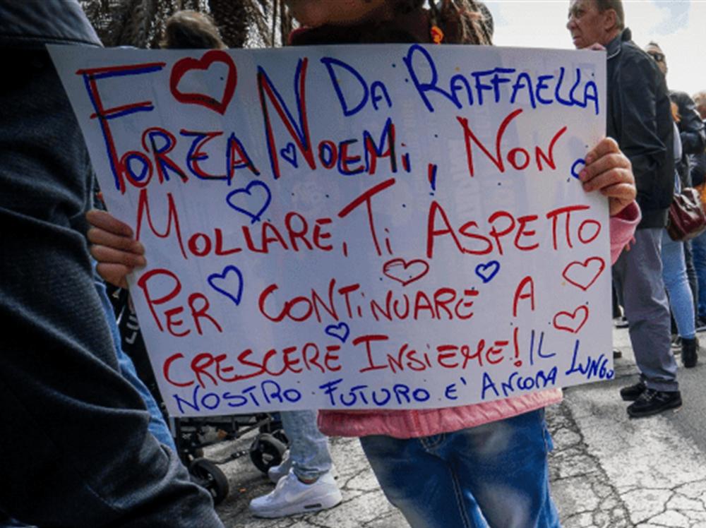 Napoli in lacrime, prega per la piccola Noemi Sono stazionarie le condizioni di salute della piccola di 4 anni colpita da un proiettile venerdì pomeriggio