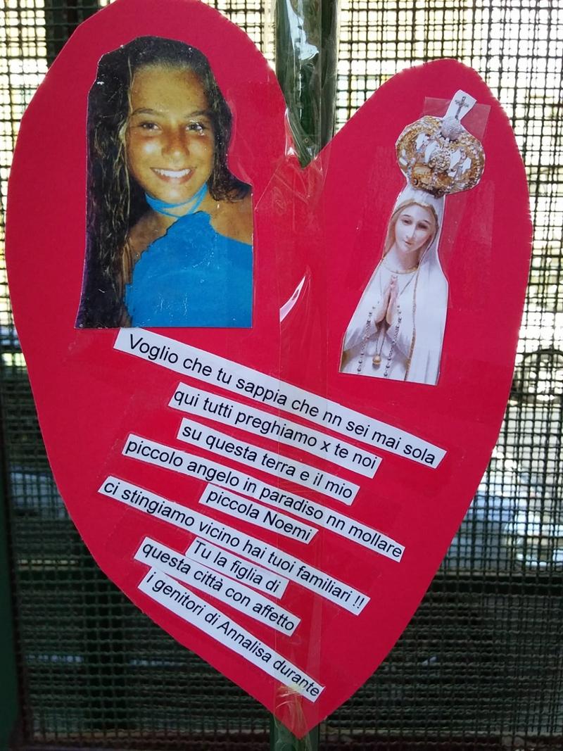 La preghiera dei genitori di Annalisa Durante per la piccola Noemi E' stato Giovanni Durante ad affiggere il cartello al cancello del Polo pediatrico