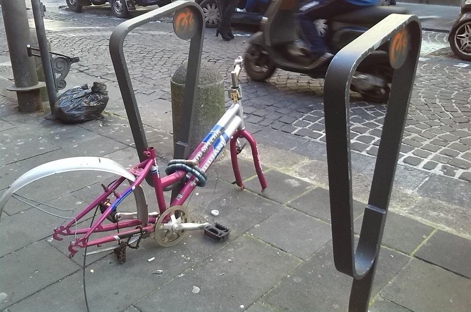 Scheletro di bici, la credono opera d'arte