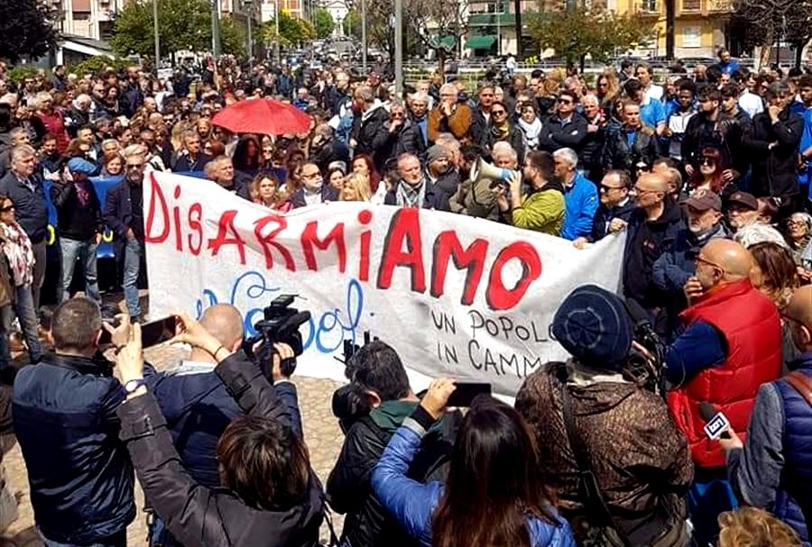 Disarmare Napoli, non c'è più tempo La città è disorientata, afflitta e sempre più in preda alle bande di camorra