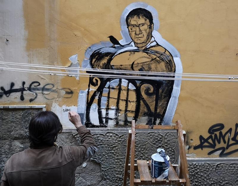 Omaggio a Domenico Rea sulle scale di Sophia Loren Il pittore siciliano Giovanni Robustelli ha realizzato un murale a Napoli di streetArt.
