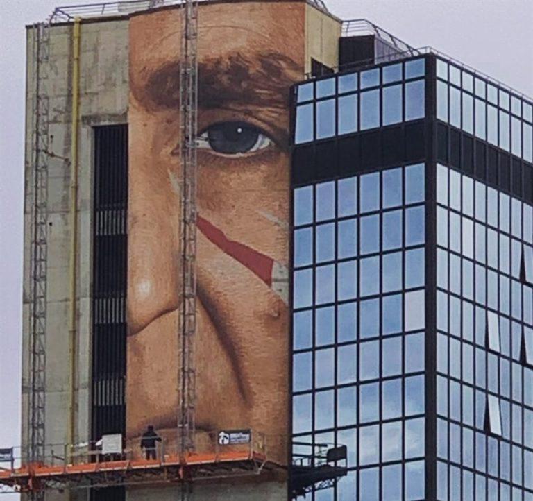 Il volto di Patrizio Oliva compare sul grattacielo Prende forma la nuova opera di Jorit per le Universiadi 2019