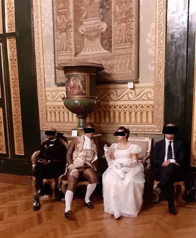 Palazzo Reale, scandalo durante il Gran Ballo Ospiti indisciplinati si siedono sulle poltrone storiche per il selfie