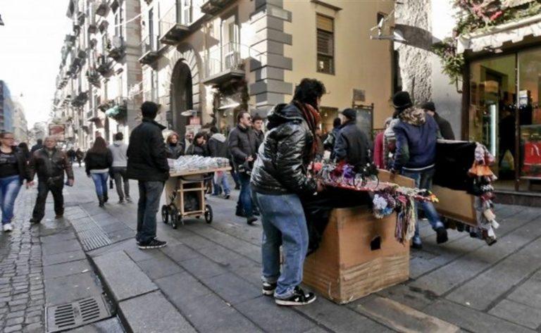 Ambulanti denunciano: acciuffati sette estorsori