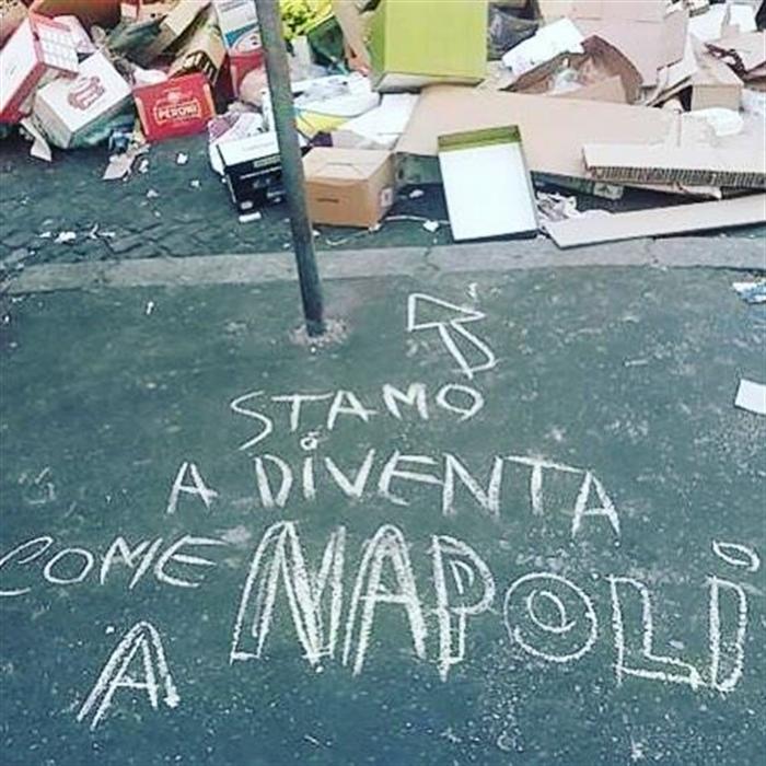 Rifiuti. Roma come Napoli, la scritta fa il giro del web