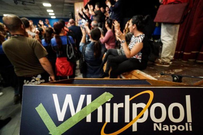 I lavoratori della Whirlpool infiammano la piazza