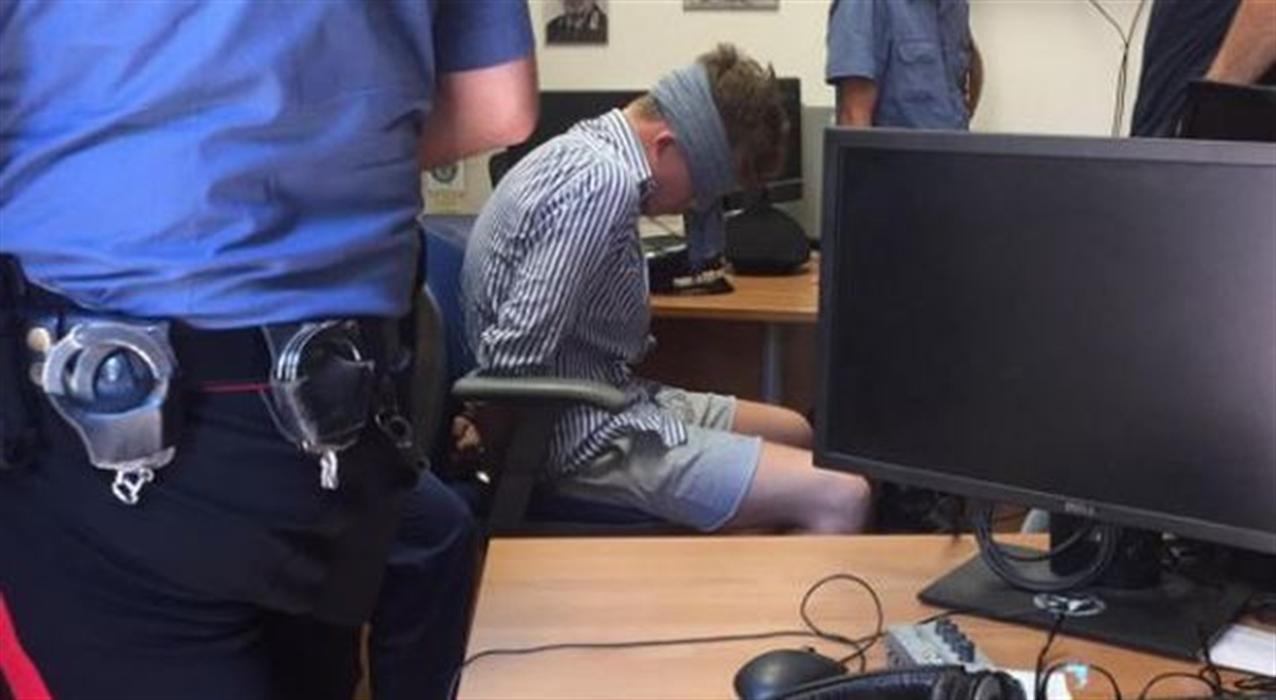Carabiniere ucciso. Ecco la foto choc dell'americano fermato. Aperta un'inchiesta