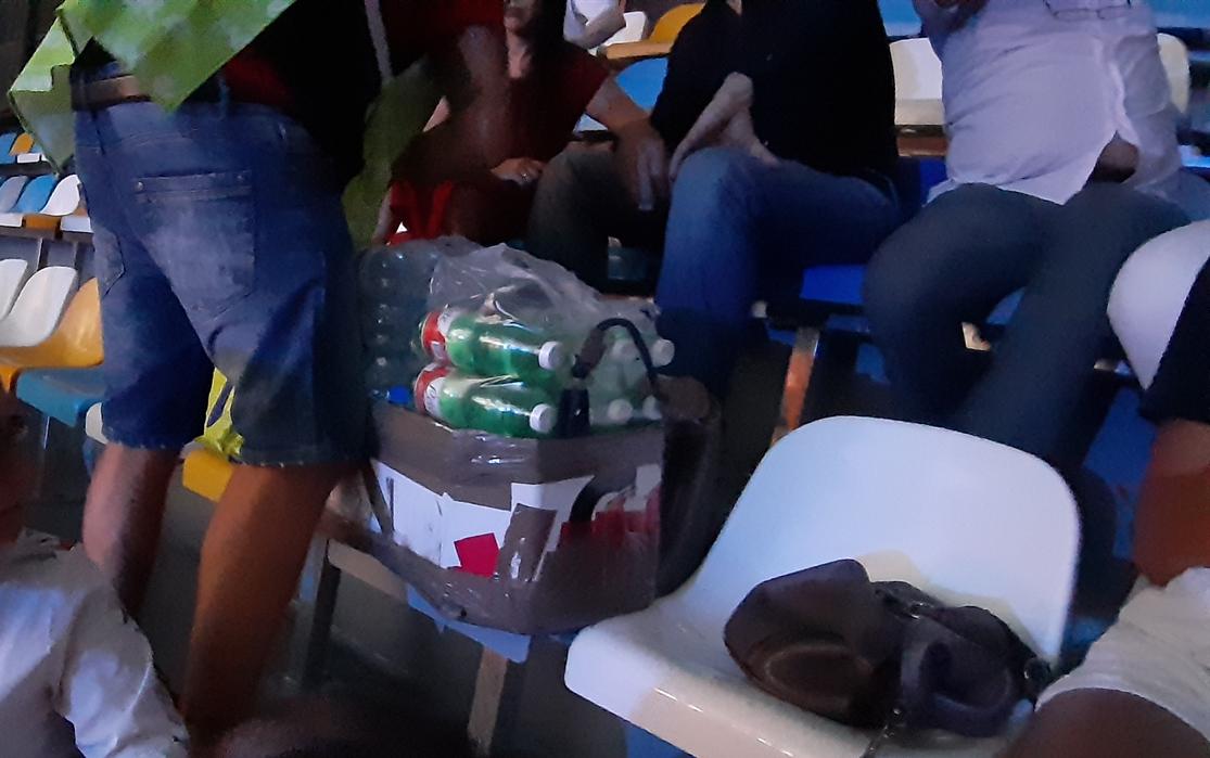 Stadio San Paolo, ecco il monopolio dei bibitari: si spendono per acqua e coca-cola fino a 5 euro. Nessuno rispetta la sicurezza