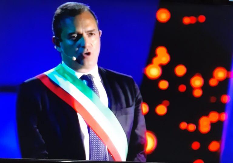 """Fischi e applausi al San Paolo per il sindaco de Magistris che saluta : """"Un abbraccio da Napoli guagliu'"""""""