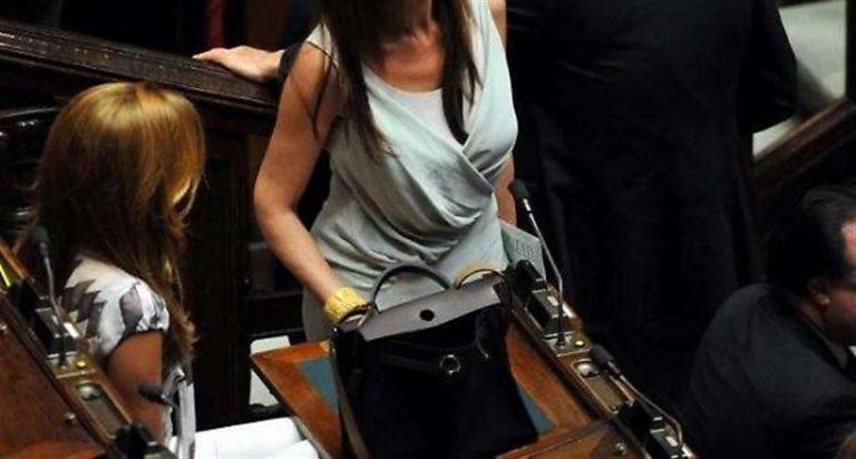 """""""Benvenuti a Montecitorio beach"""". Le parlamentari vestono osé, la crociata del deputato di FdI."""