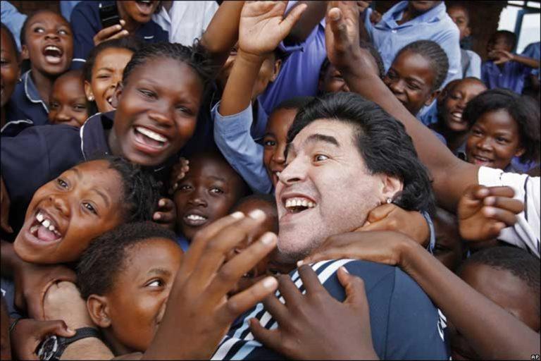 """Migranti. Il sottosegretario Di Stefano polemizza con Salvini: """"Ti senti Maradona ma sei un Higuain fuori forma"""". L'ex sindaco Bassolino: """"Diego non avrebbe mai respinto profughi anzi avrebbe guidato i soccorsi"""""""