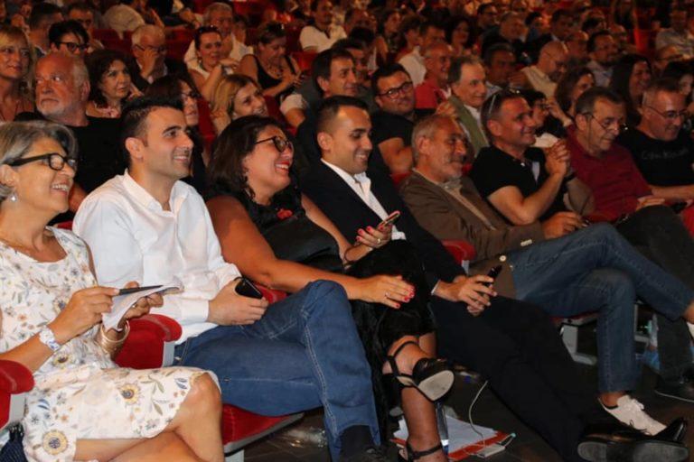 Assemblea dei 5 Stelle, tutti attorno al leader Di Maio e sul palco lo storico attivista zittisce tutti