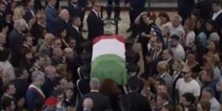 L'ultimo abbraccio al carabiniere ucciso. Ovazione per il ministro Salvini