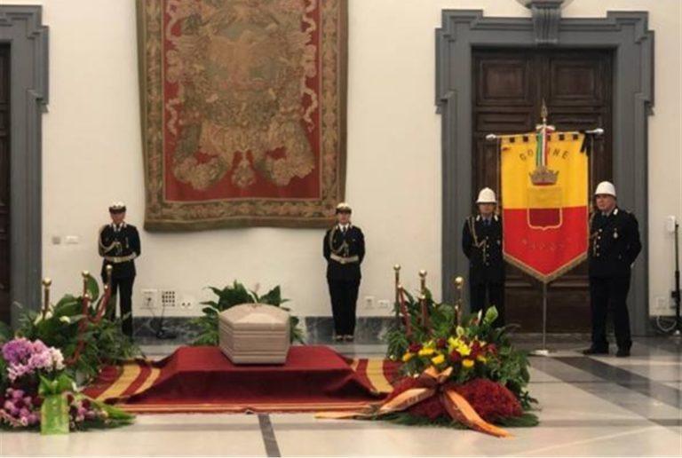 Napoli, abbraccia il grande Luciano De Crescenzo