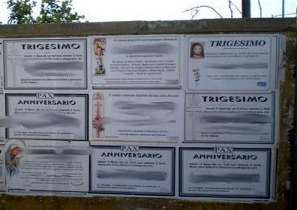 Ecco l'affare delle affissioni abusive a Napoli. Perfino  i manifesti funebri sono illegali