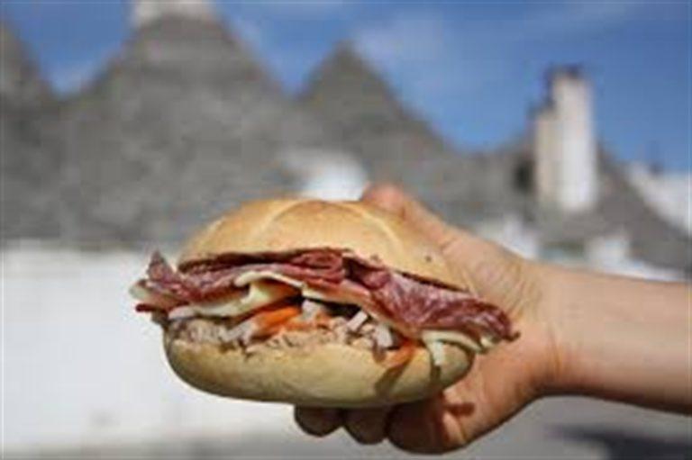 Scuola, vietato portare il panino da casa a mensa. Genitori in rivolta