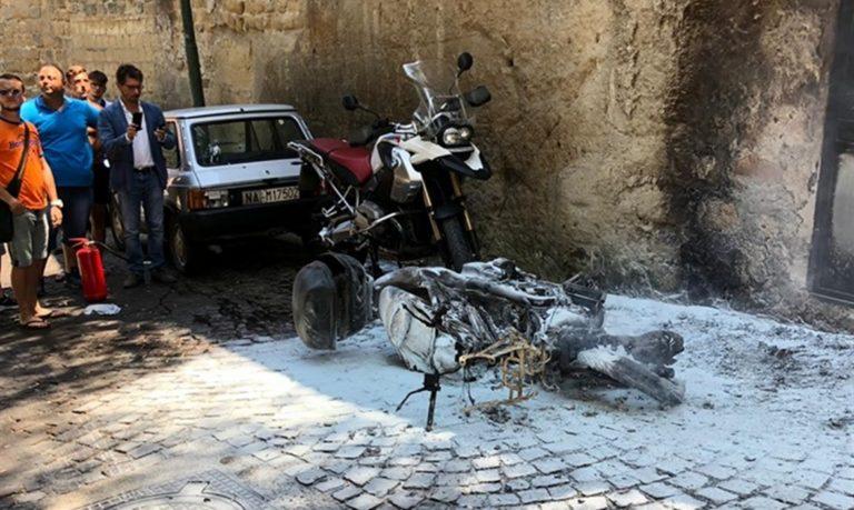 """Attentato al consigliere Borrelli: incendiato lo scooter. Lui: """"Non mi fermo. I parcheggiatori abusivi sono estorsori"""""""