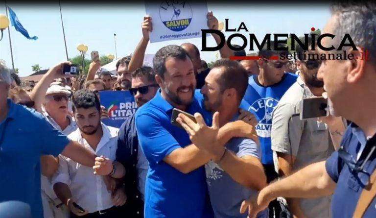 ESCLUSIVA VIDEO. Matteo Salvini raggiunto da due getti d'acqua da parte di un contestatore. Il ministro gli invia dei baci