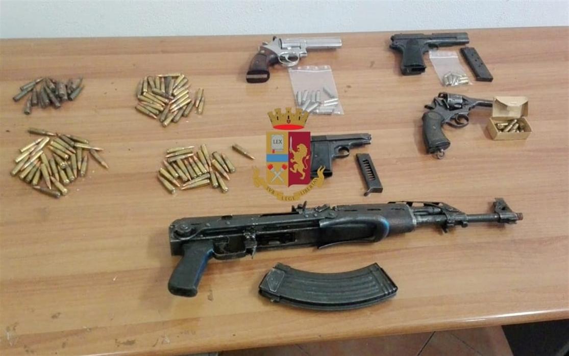 Bloccato un carico di armi per un clan di San Giovanni a Teduccio. La polizia arresta una donna-corriere in possesso di un arsenale