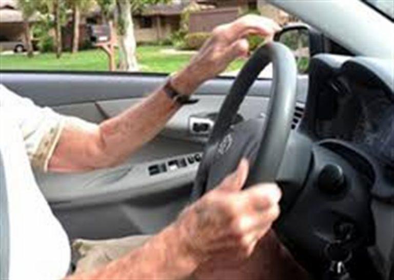 A 86 anni guida l'auto, non ha mai conseguito la patente