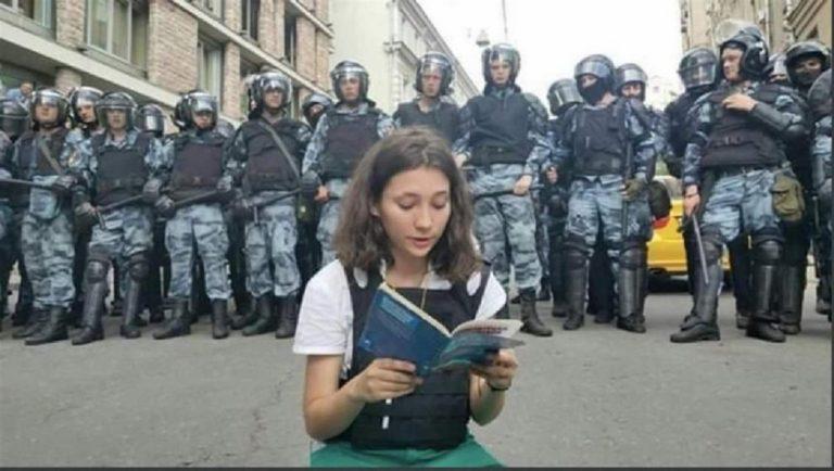 Olga, 17 anni, sfida Putin leggendo il libro della Costituzione russa. Arrestata
