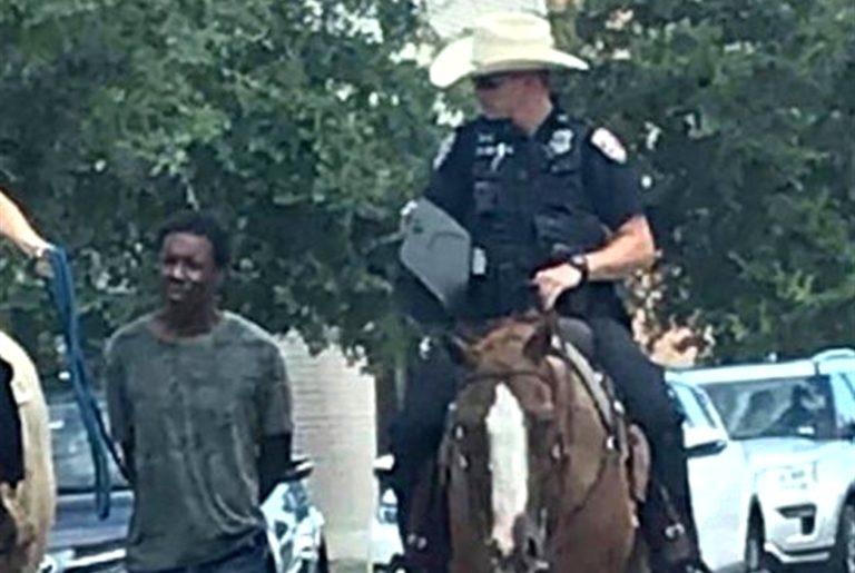 La foto choc indigna l'America. Polizia a cavallo trascina un nero
