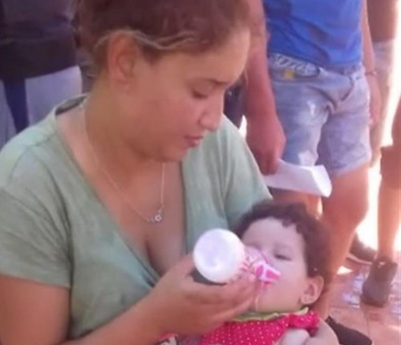 La foto della mamma con la sua bimba dopo lo sbarco a Marettimo fa il giro del web
