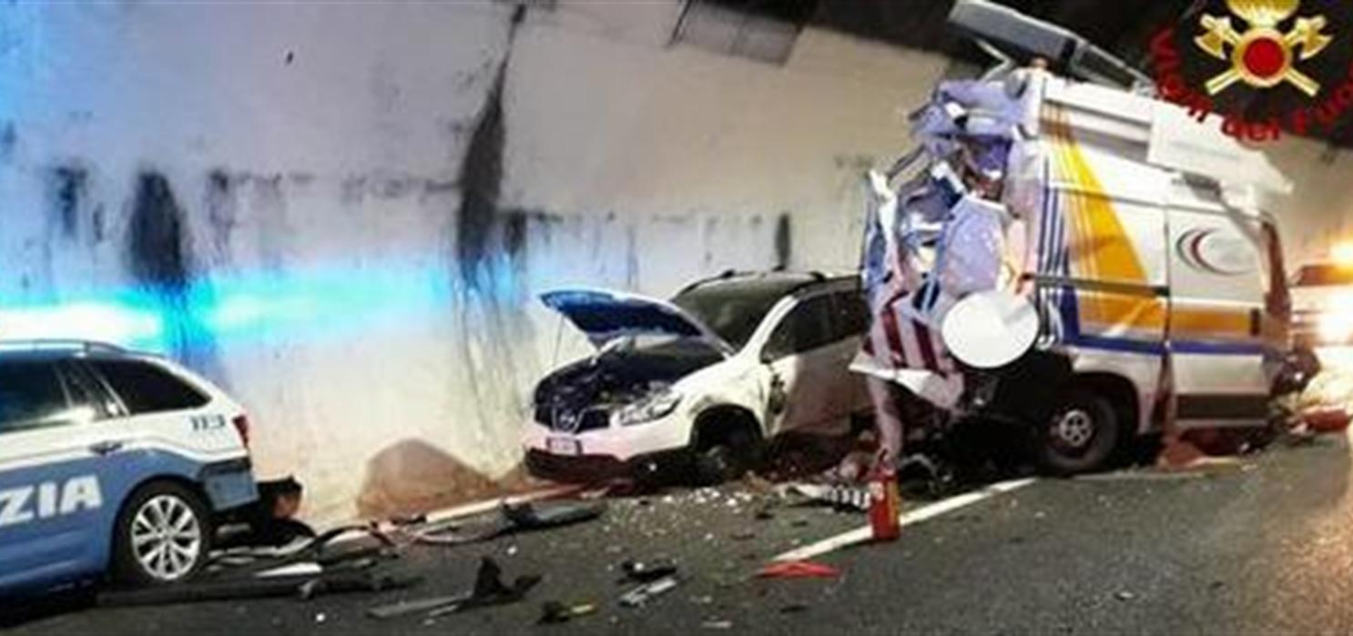 Danno assistenza ad automobilista in difficoltà: Tir li travolge