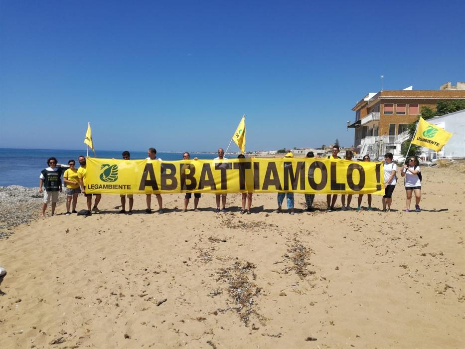 """L'allarme di Legambiente: """"Case abusive in Campania, stop agli abbattimenti"""""""