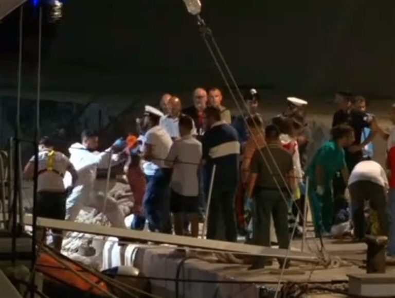 """Sbarcati bambini, donne e malati. Resta il divieto d'avvicinamento a Lampedusa. Appello a Conte: """"Intervenga"""""""