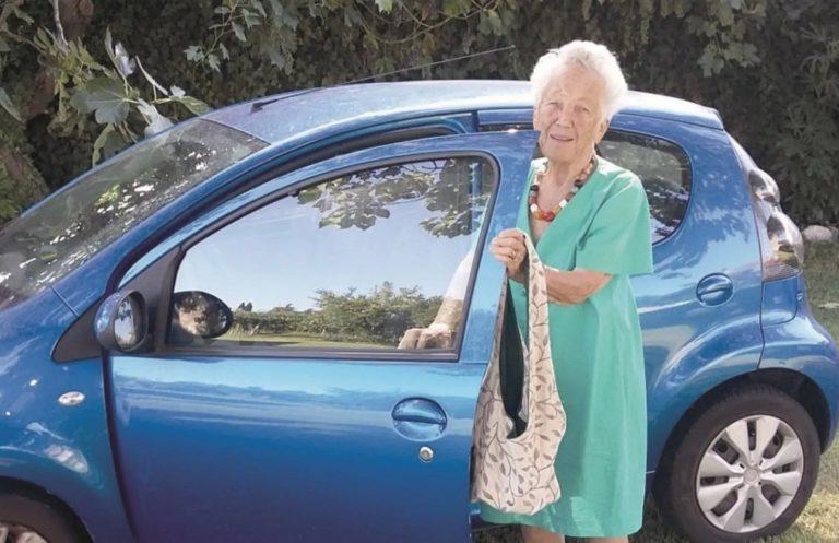 A 100 anni guiderà ancora l'auto. La storia di Maria Chiara Tanara e della sua patente