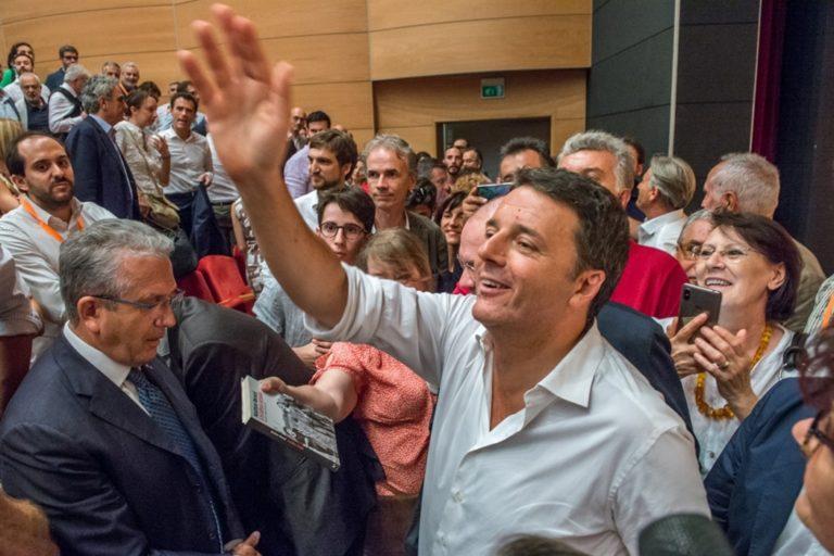 """Renzi non molla e riattacca il Governo su Twitter: """"Tasse sono autogol, mantenerle è regalo a Salvini"""""""