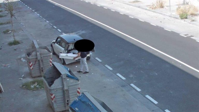 Pizzicato il furbetto della differenziata, depositava i rifiuti in modo illegale. Incastrato dalla telecamera