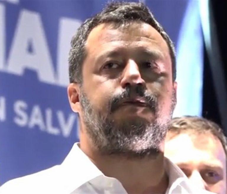 Salvini si commuove al comizio. Il suo 'popolo' al momento di fragilità risponde con una ovazione