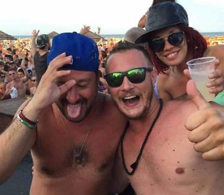 È qui la festa? Matteo Salvini scatenato al Papeete beach. Cocktail, balli con le cubiste e linguacce sulle note dell'inno di Mameli
