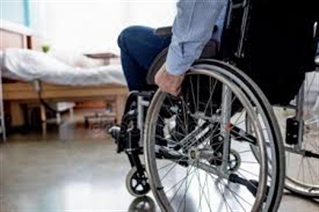 Un fosso pieno d'acqua, inciampa con la carrozzina : disabile muore