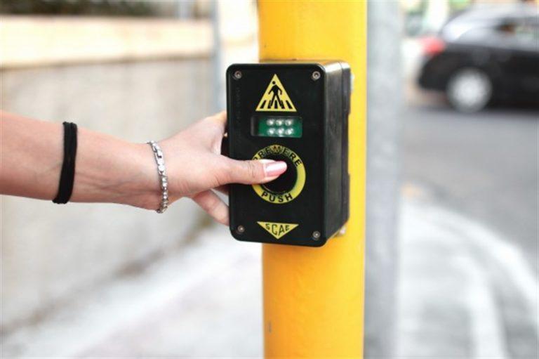 Ecco il semaforo intelligente: automobilisti e centauri hanno le ore contate