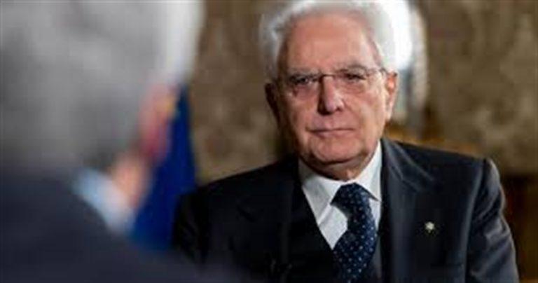 Capovolge la foto di Mattarella, sindaco nei guai