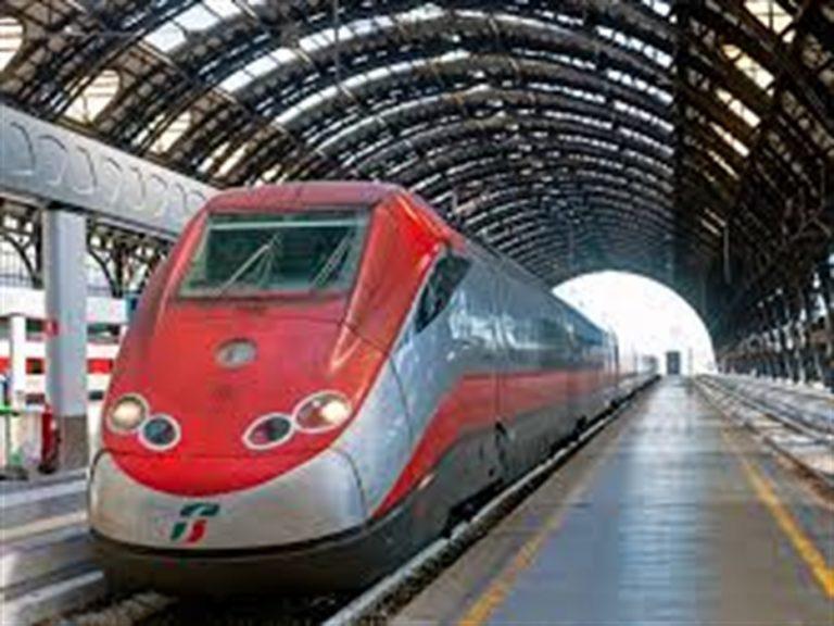 Inserviente in servizio su di treno Frecciarossa accoltella una donna e un uomo che l'ha difesa. La passeggera è in gravi condizioni, rischia la vita