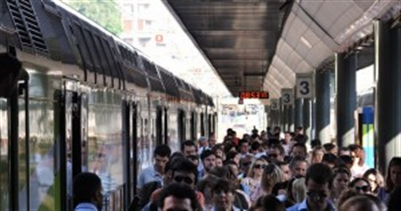 """Treno Napoli-Cosenza, l'abiura di Galileo Galilei : """"Eppur si muove"""". Ritardi per oltre 90 minuti, l'odissea dei passeggeri"""