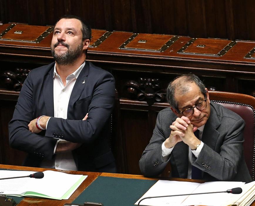 """È guerra Salvini-Tria sulla manovra economica. """"L'Italia ha bisogno di soldi, basta con i vincoli della Ue"""""""