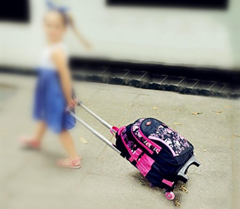 A scuola sempre più alunni scelgono lo zaino con le ruote