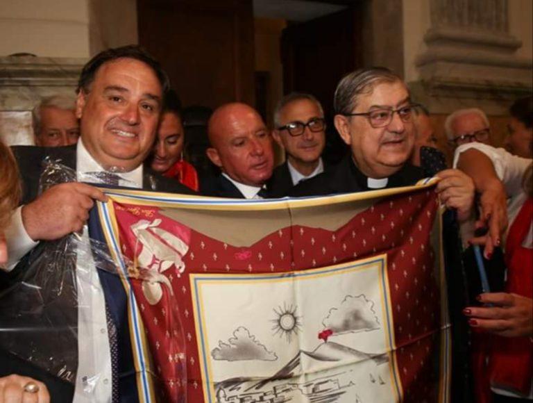 Sotto lo sguardo di San Gennaro, Sepe sponsorizza foulard e cravatte con lo stemma del Santo Patrono. Il Duomo diventa bazar