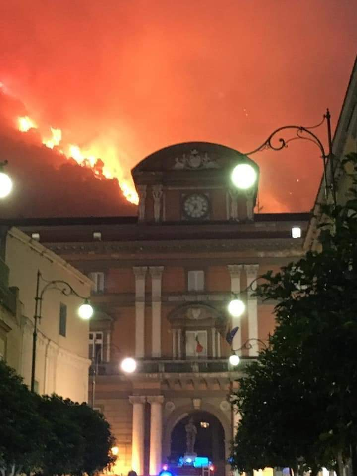 Fiamme sulle montagne di Sarno, scatta l'evacuazione dei residenti