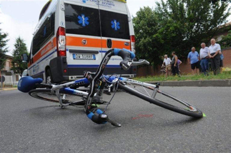 Cade dalla bici e finisce contro un muro: grave bimbo di 9 anni