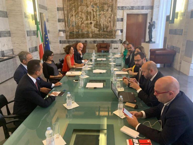 """Sgrammaticature. Il 'premier ombra' Di Maio riunisce alla Farnesina i suoi ministri. Un grillino commenta : """"Luigi, quando vedrò il M5S allearsi con Berlusconi?"""""""
