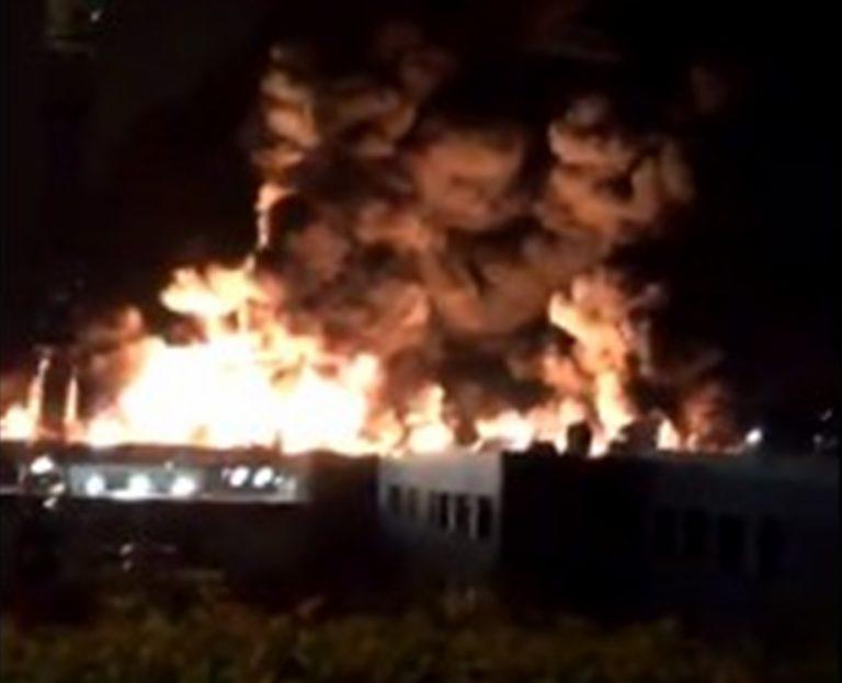 In fiamme impianto chimico, residenti evacuati, scatta l'emergenza