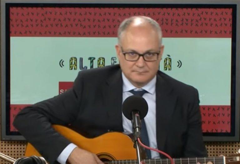 Il ministro Gualtieri con la sua chitarra suonando 'Bella Ciao'. È un buon inizio