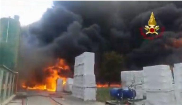 Stato d'emergenza, nube tossica invade i cieli di Avellino. Fiamme devastano i capannoni industriali. È doloso?